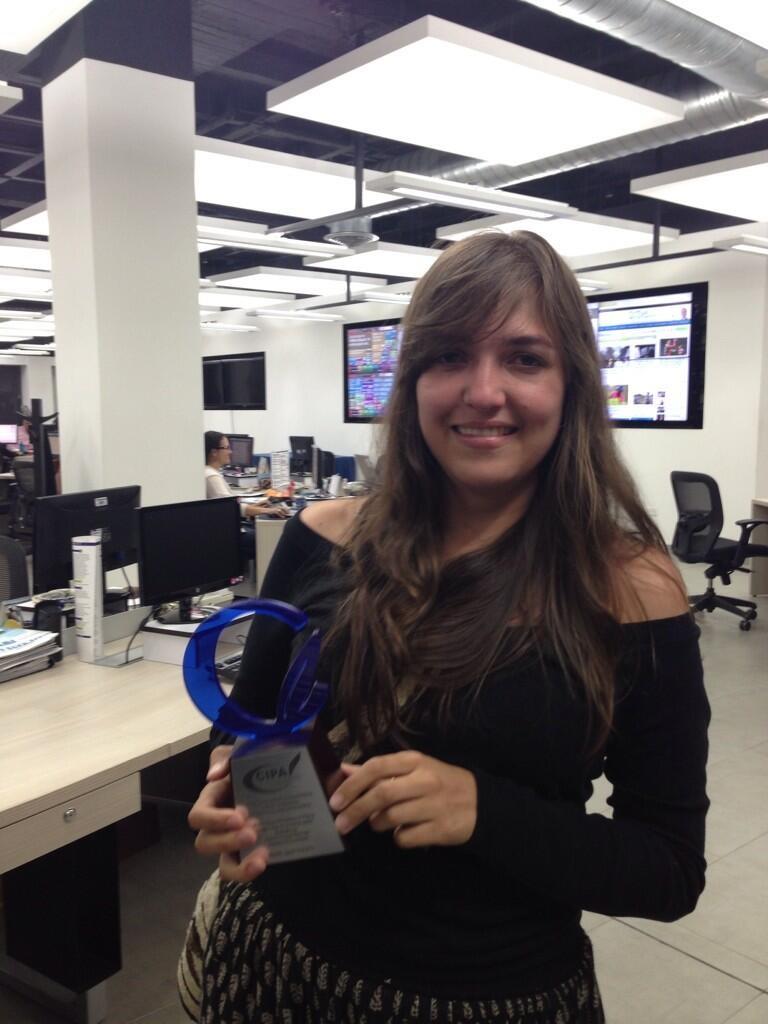 Mónica Quintero Restrepo con el premio Cipa. Fuente: Twitter.