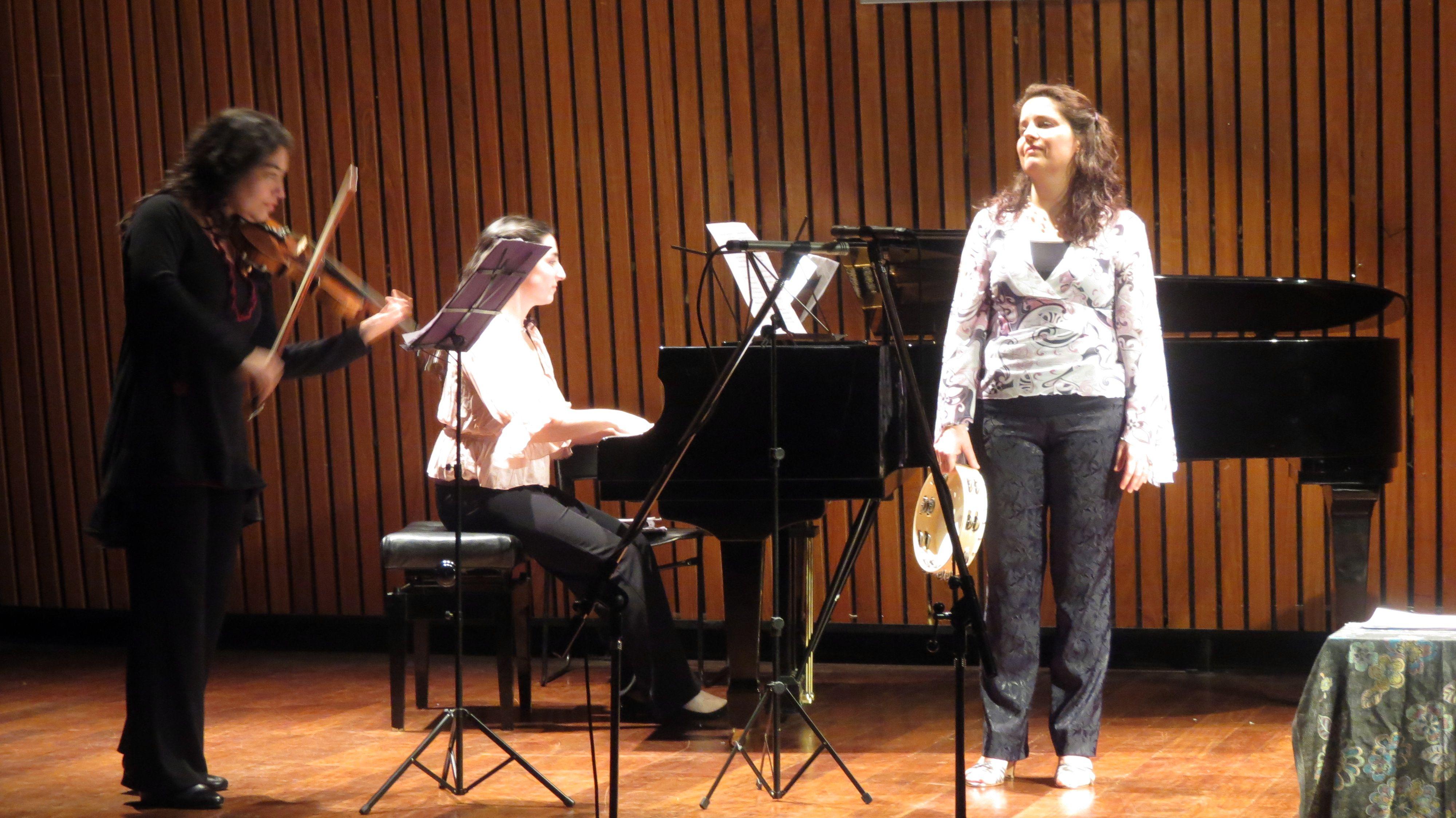 De izquierda a derecha: Florencia Ciaffone (violín), Guadalupe Mroue (piano) y Lizie Rey (soprano), el 1 de agosto en el auditorio Jorge Luis Borges de la Biblioteca Nacional Mariano Moreno, en Buenos Aires.