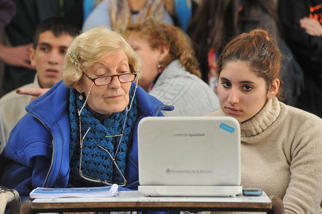 Alumnos del Programa Conectar Igualdad con adultos mayores en Lugano, Buenos Aires. Fuente: Anses.