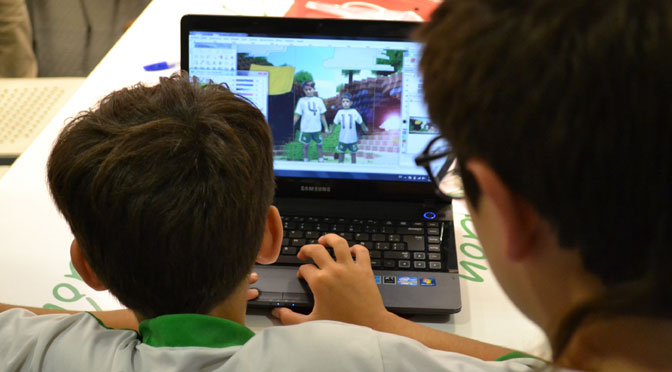 Taller de collage digital para familias en la Fundación Telefónica