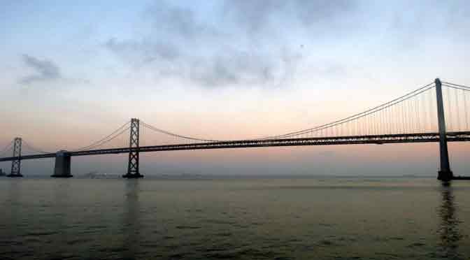 Atardecer en el puente de la bahía de San Francisco