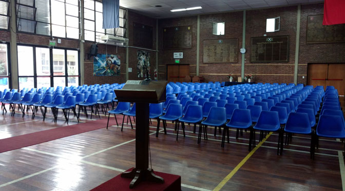 Un salón escolar que funge de templo cristiano en Olivos