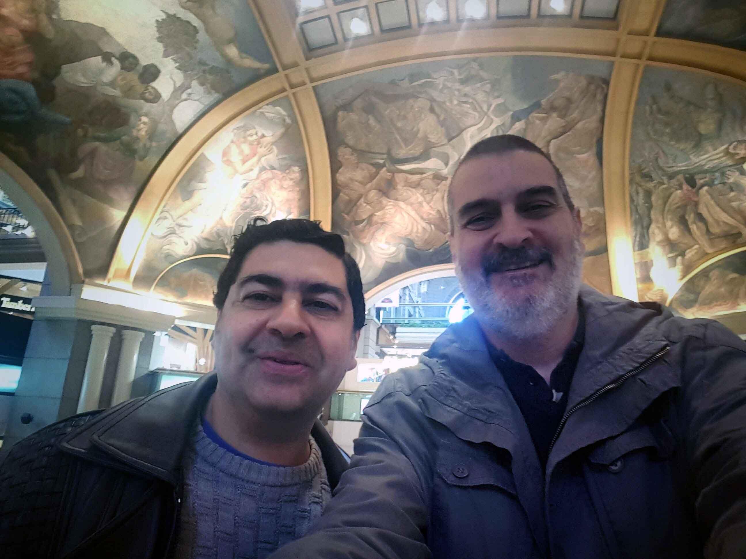 Con Marcelo Ruben Márquez Lomiento. Galerías Pacífico, Buenos Aires, junio.