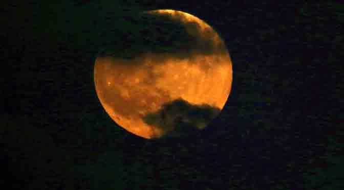 La «Luna de sangre» se deja ver por la Tierra