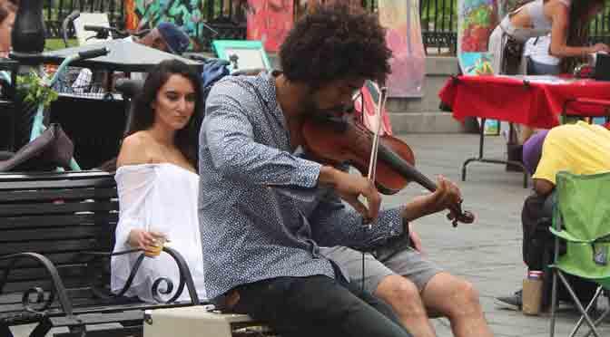 La bella mujer absorta en el violinista