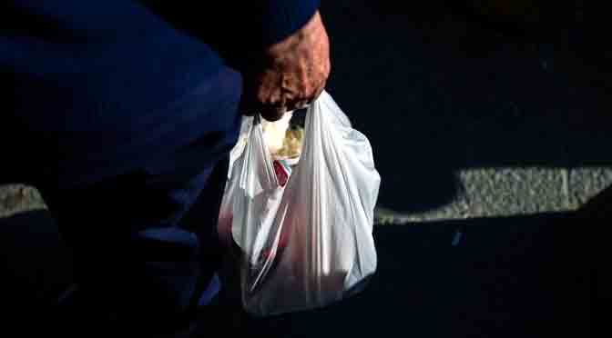 Chile prohíbe el uso de bolsas de plástico en los comercios