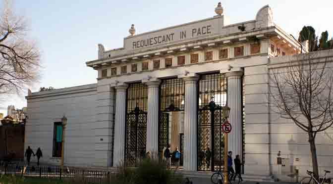 Puertas del cementerio de la Recoleta desde una Sony A6500