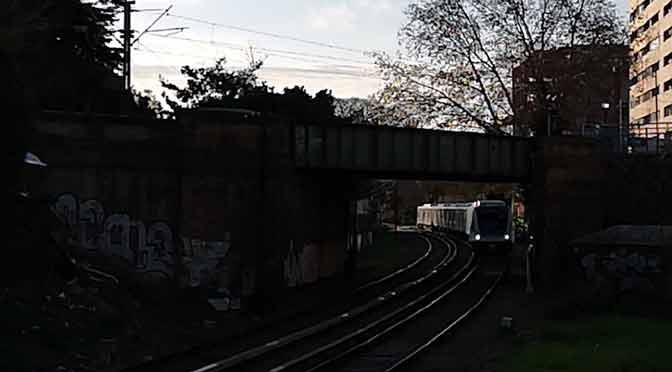 El singular cruce de trenes en Olivos