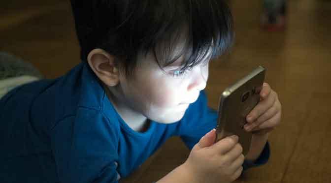 un celular a un niño