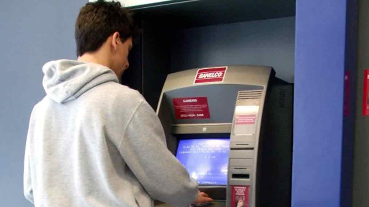 ¿Cómo extraer efectivo de un cajero automático Banelco sin tarjeta de débito?