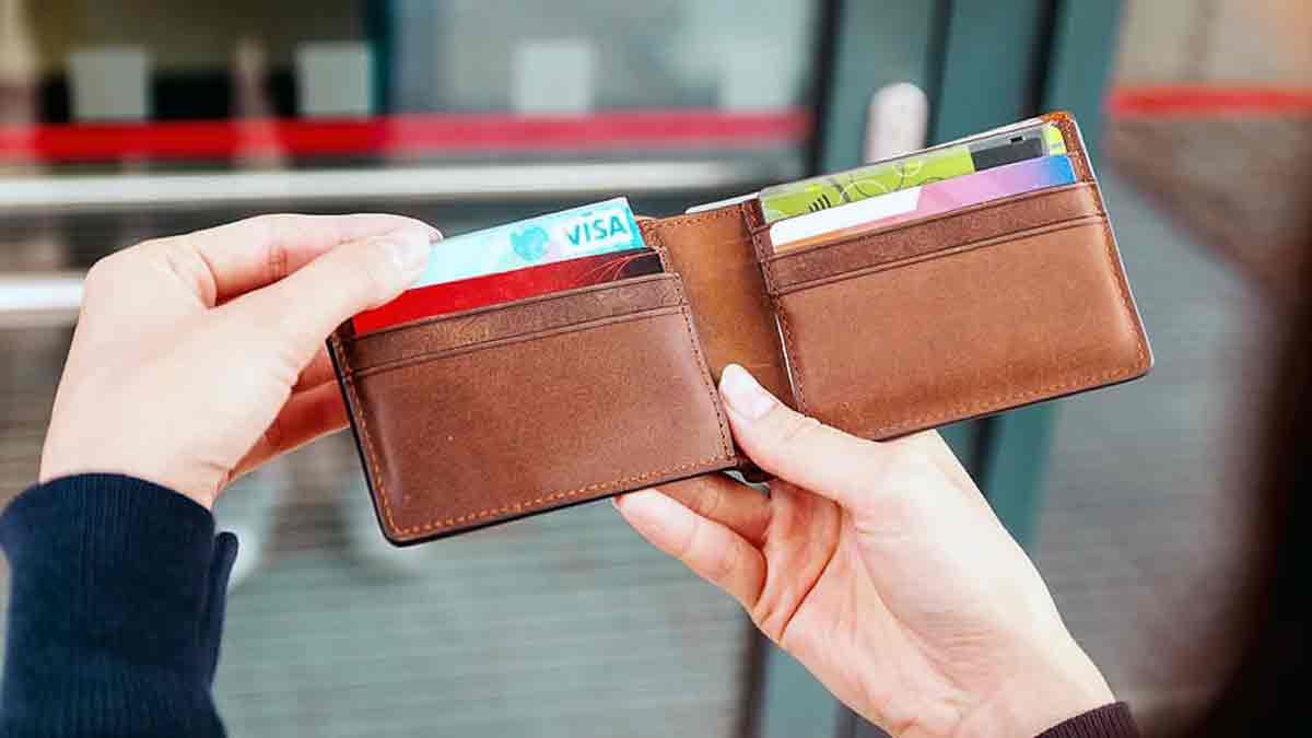 Brecha de género manos mujer billetera
